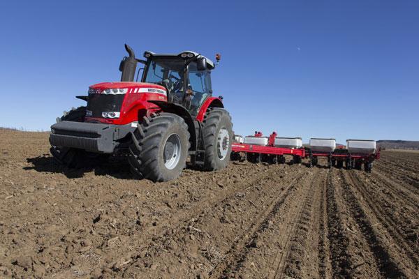 traktor-v-pole
